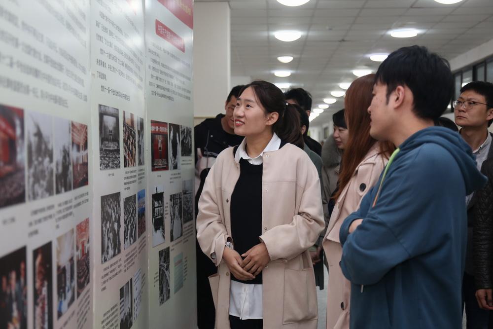 3月15-16日重庆八中渝北校区7个支部180余名党员参观了《光辉历程 壮丽篇章》党史图片展1_调整大小.jpg
