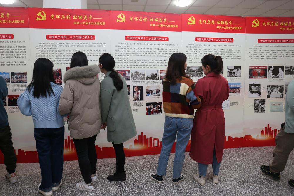 3月15-16日重庆八中渝北校区7个支部180余名党员参观了《光辉历程 壮丽篇章》党史图片展2_调整大小.jpg