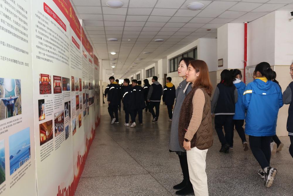 3月15-16日重庆八中渝北校区7个支部180余名党员参观了《光辉历程 壮丽篇章》党史图片展3_调整大小.jpg
