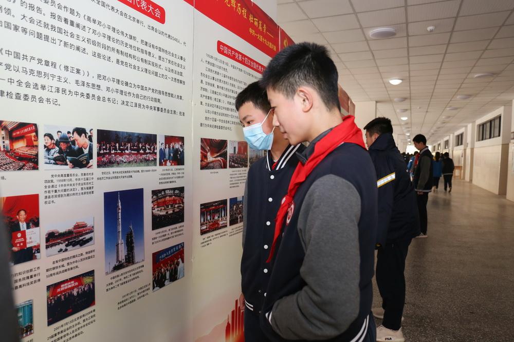3月15-16日重庆八中4000余名初、高中学生观看了《光辉历程 壮丽篇章》党史图片展1_调整大小.jpg