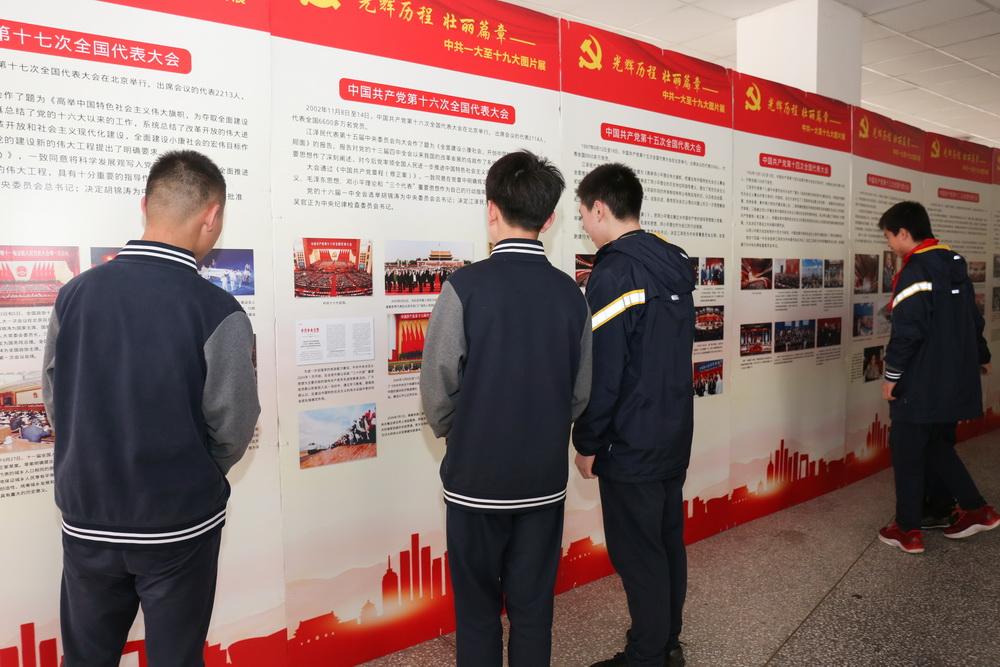 3月15-16日重庆八中4000余名初、高中学生观看了《光辉历程 壮丽篇章》党史图片展2_调整大小.jpg